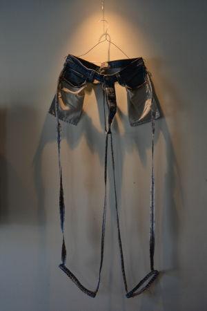 Ett par jeans där allt utom sömmarna är bortklippta.