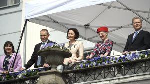De nordiska kungligheterna vinkar från stadshusets balkong. Från vänster i bilden det isländska presidentparet, fru Eliza Jean Reid och president Guðni Jóhannesson, fru Jenni Haukio, drottning Margrethe II av Danmark och president Sauli Niinistö.