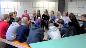 luokka piirissä aulassa