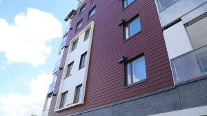 Höghus byggt i trä på bostadmässeomårdet i Kivistö.