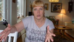bild på Kerstin Karlbergsom gestikulerar medan hon pratar