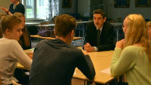 Franrikes ambassadör diskuterar med gymnasieungdomar.