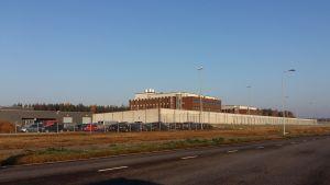 Åbo fängelse i Starrbacka är en byggnad i rödtegel, omgiven av en vit mur och taggtrådsstängsel.