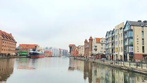Gdańsk har en över 1300 år gammal historia som fiskarby och hamnstad - här en kaj med arkitektur från flera olika sekler.