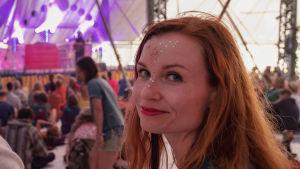 Egenland-ohjelman juontaja Hannamari Hoikkala Natural High Healing -festivaalilla Uudessakaupungissa.