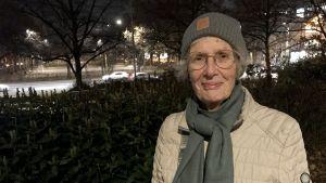 May-Britt Andersson utomhus med höstmörk bakgrund.