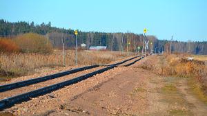 Järnvägsspåret går från Valkom hamn genom Skinnarby och Gislom.