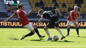 Segermålskytten Denys Oliynyk försöker ta sig förbi HIFK:s Jukka Halme.