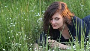 Rebecka Sretenovic ligger i gräset.