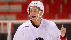 Under sommaren har Mikko Rantanen hunnit dra på sig TPS träningströja.