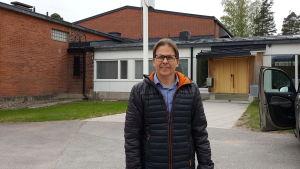 Rektor Antti Jyrkkänen framför Kiilan koulu.
