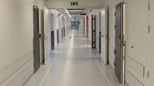 Korridor i det nya Östfoldssjukhuset i Sarpsborg i Norge.
