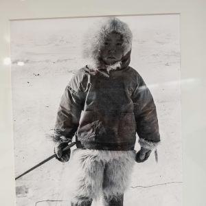 Mustavalkoinen valokuva, pieni lapsi pukeutuneena turkiksiin