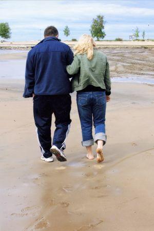 MInna kävelee veljensä kanssa rannalla.