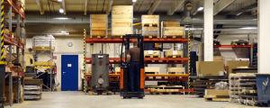 En truckförare kör i en industrilokal.