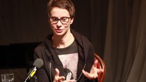 Milja Sarkola intervjuas.