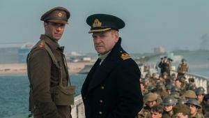 Winnant (James D'Arcy) och Bolton (Kenneth Branagh) står på piren i Dunkirk och spanar ut mot havet.