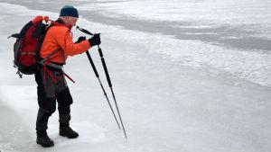 Jöns Aschan testar hurdan isen är.