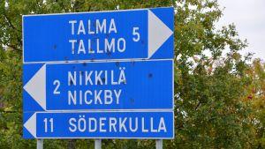 vägskylt med namnen tallmo, nickby och söderkulla