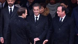 Franska presidenten Macron hälsar på ex-presidenterna Sarkozy och Hollande