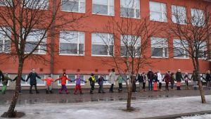 Hand i hand runt Kvarnbackens skola i Borgå 17.02.17