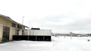En bild från Ekenäs hamn. Till vänster syns en gul byggnad med uteservering, i bakgrunden syns restaurang Knipan.