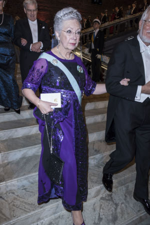 Prinsessan Christina går ned för trappor.
