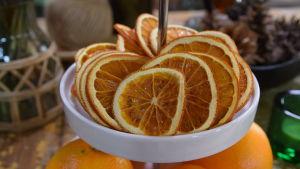 Torkade apelsinskivor på ett kakfat.