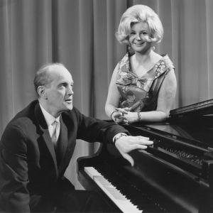 """Yleisradion televisio-ohjelma """"Viidenkympin villitys"""". Kuvassa aviopari Einar Englund ja laulaja Maynie Sirén. (1967)"""