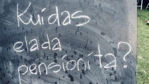 Hur kan man leva utan pension, står det på en skylt på Estlands åsiktsfestival Arvamusfestival.