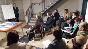 Unga personer utbildas vid Ksenia Sobtjaks valbyrå.
