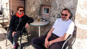 Gittan och Hasse Jern vid ett cafébord.