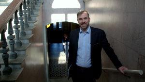 Fredrick von Schoultz står i en trappa i Borgå stadshus