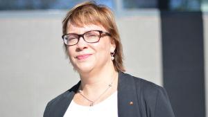Domare Sari Nielsen utanför justitiehuset i Vasa.
