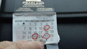 Kalender med tre datum utmärkta med röd tusch