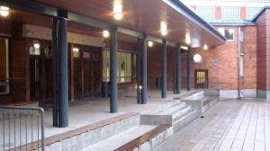 kesämäenrinteen koulun pääoven katos