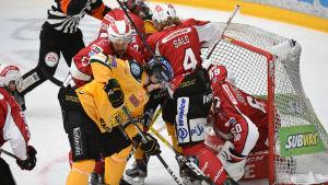 Ilves- och Vasa Sport-spelare kämpar framför Sports mål.
