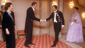 Mauno Koivisto och Sveriges kung skakar hand.