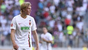 Fredrik Jensen på plan i FC Augsburgs tröja.