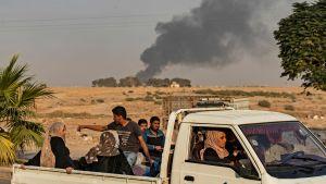 Syrier på flykt i en bil i samband med militär operation.