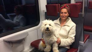 Karin Svahnström och hunden Albert.