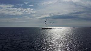 Två vindkraftverk på Lilla Båtskär, Åland.