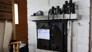 Kikare på spiselkrans i sommarstuga som kärnkraftsaktivister tagit över på Hanhikivi
