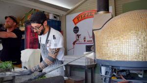 Pizzakocken Marco lagar pizza på Senatstorget.