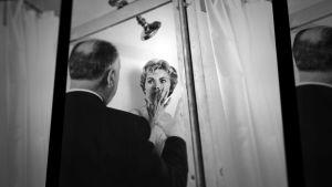 Alfred Hitchcock ohjaa Janet Leigh'tä elokuvan Psyko kuvauksissa