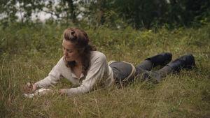 Oona Airola skriver kärleksbrev i filmen Oma maa.