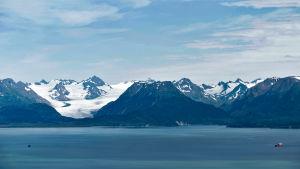 Merta ja vuoristoa.