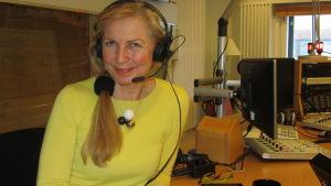 Professori Helena Kahiluoto LUT-yliopistosta istuu studiossa haastattelussa.