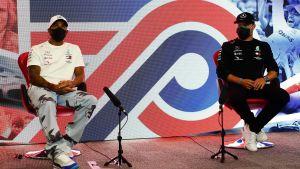 Lewis Hamilton och Valtteri Bottas intervjuas av journalisterna.