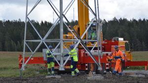 En högspänningsstolpe reses i Karis, Raseborg.